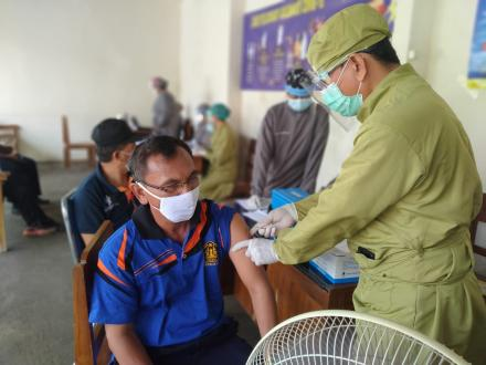 Lima Perangkat Desa Ularan Telah Di Vaksinasi Covid-19